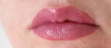 Блеск для губ essence Water Kiss Glossy Lip Colour 04 (Цвет  04 Underwater Beauty  variant_hex_name 9F4D7A)