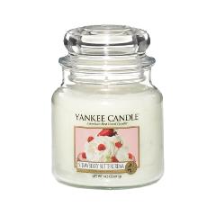 Ароматическая свеча Yankee Candle Strawberry Buttercream Medium Jar Candle (Объем 411 г) свечи yankee candle свеча маленькая в стеклянной банке клубника со сливками strawberry buttercream 104гр 25 45 часов