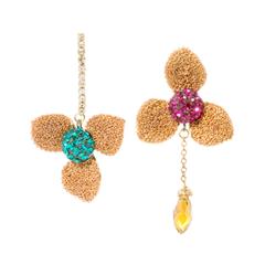 Серьги Herald Percy Асимметричные золотистые серьги-трилистники с разноцветными кристаллами серьги herald percy черно золотистые серьги кольца
