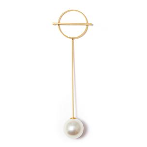 Золотистая брошь-булавка с большой жемчужиной